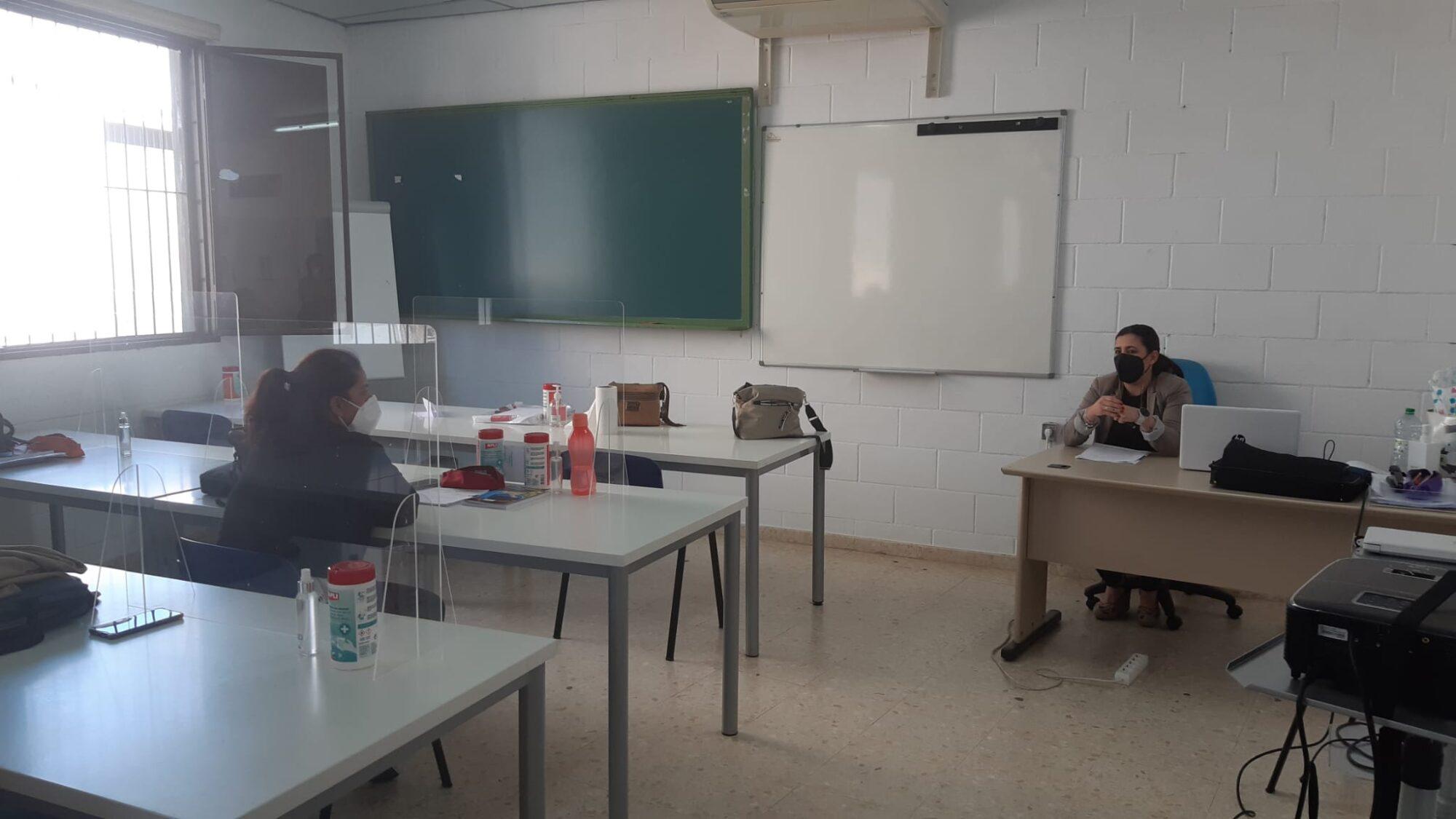 Conferencia de Raquel Gómez, de MG Servicios, a las alumnas del curso Atención Sociosanitaria a Personas Dependientes
