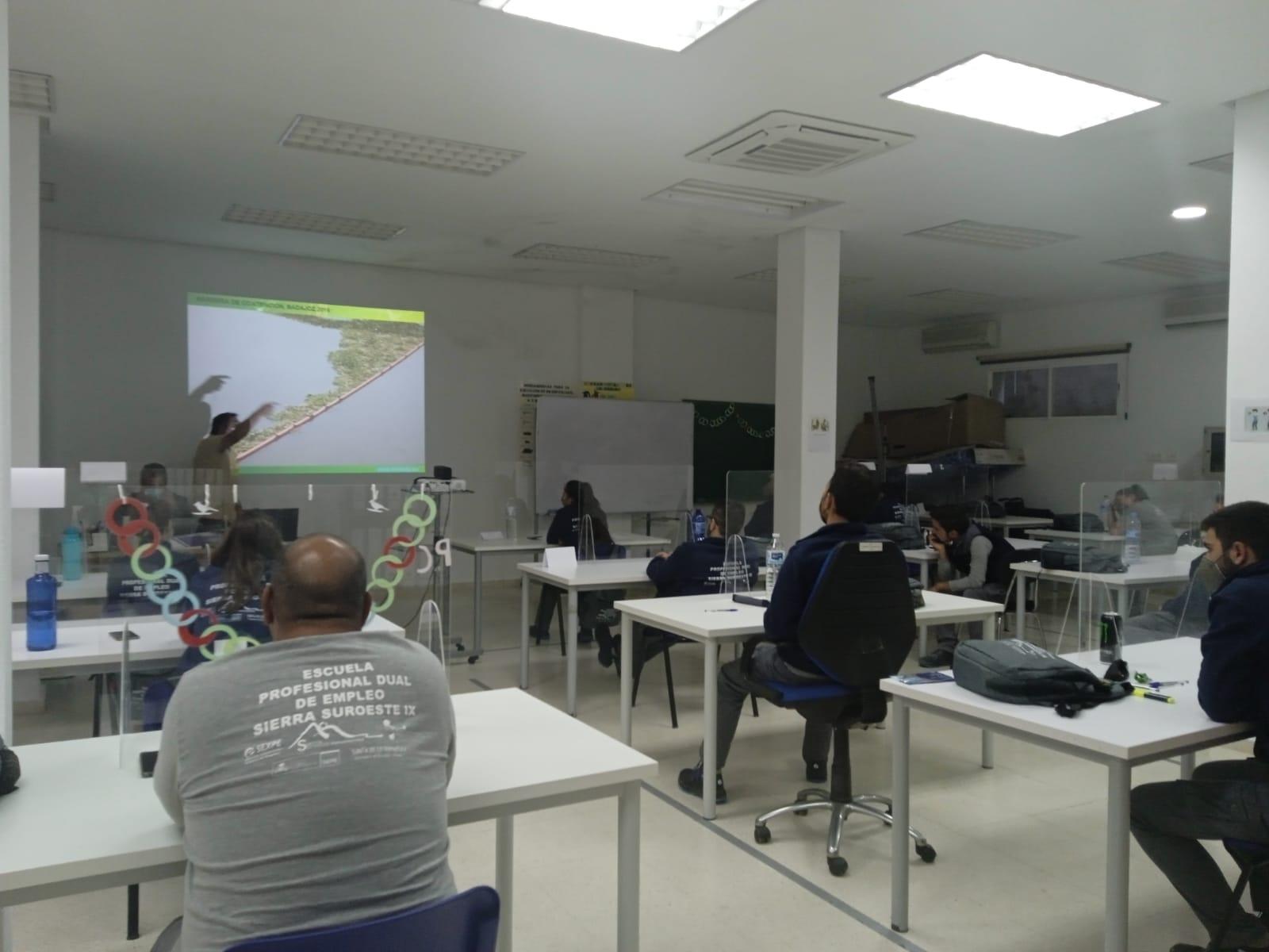 El alumnado de los cursos de la Escuela Profesional Dual Sierra Suroeste IX reciben un módulo de sensibilización ambiental